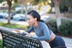Atleta splendido della donna di colore che risolve al banco nella parità Fotografia Stock
