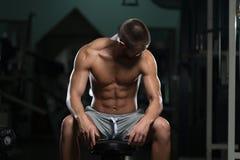 Atleta stanco Wearing Eyeglasses del muscolo immagine stock libera da diritti