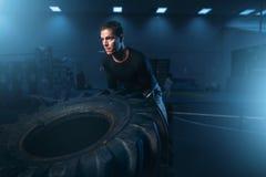 Atleta su addestramento, allenamento con la gomma pesante Fotografia Stock Libera da Diritti