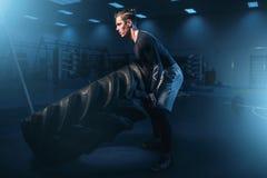 Atleta su addestramento, allenamento con la gomma pesante Fotografie Stock Libere da Diritti