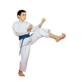 Atleta su un battito bianco del fondo una gamba di scossa Immagine Stock