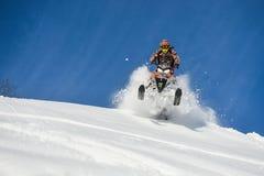 Atleta su un gatto delle nevi che si muove nelle montagne Fotografia Stock Libera da Diritti