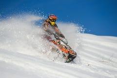Atleta su un gatto delle nevi che si muove nelle montagne Fotografia Stock