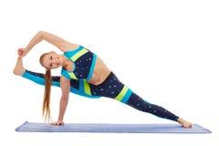 Atleta sveglio che fa esercizio d'allungamento difficile Fotografia Stock Libera da Diritti