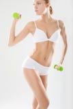 Atleta sveglio della ragazza su un fondo bianco Fotografia Stock Libera da Diritti