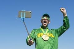 Atleta Taking Selfie da medalha de ouro de Brasil com vara de Selfie Fotos de Stock