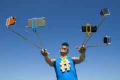Atleta Taking Selfies da medalha de ouro de Hashtag com varas de Selfie Foto de Stock