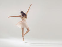 Atleta talentoso joven en danza del ballet Imagen de archivo libre de regalías