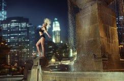 Atleta taniec na fontannie Zdjęcia Royalty Free