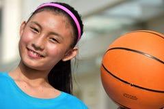 Atleta teenager felice Female Basketball Player con pallacanestro fotografie stock