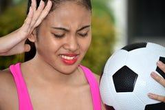 Atleta teenager Female Soccer Player ed ansia con pallone da calcio immagini stock libere da diritti
