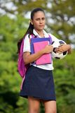 Atleta teenager femminile With Soccer Ball dello studente immagine stock