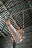 Atleta toples robi trudnemu ćwiczeniu dalej Fotografia Stock