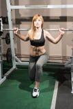 Atleta trenuje w gym z barbell fotografia royalty free