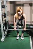 Atleta trenuje w gym z barbell zdjęcia royalty free