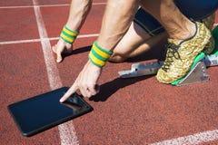 Atleta Using Tablet en la pista Fotos de archivo libres de regalías