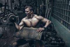 Atleta in vecchia palestra arrugginita Fotografie Stock Libere da Diritti
