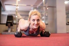 Atleta Woman Doing Impulso-UPS e levantar peso imagens de stock royalty free