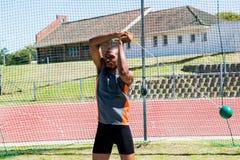 Atleta wykonuje młoteczkowego rzut obraz stock