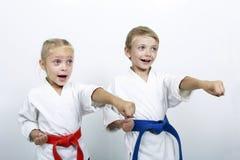 Atletas alegres del hermano y de la hermana que un sacador arma Foto de archivo libre de regalías