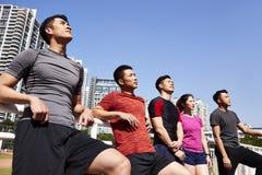 Atletas asiáticos jovenes del retrato al aire libre imágenes de archivo libres de regalías