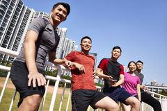 Atletas asiáticos jovenes felices fotografía de archivo libre de regalías