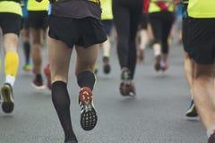 Atletas, corredores na maratona, vista traseira imagens de stock royalty free
