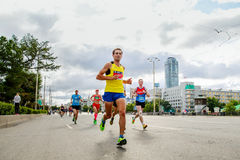 Atletas de los corredores del grupo que funcionan con las calles de la ciudad fotos de archivo libres de regalías
