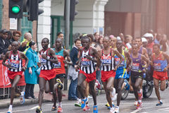 Atletas de los hombres de la élite en el maratón 2010 de la Virgen de Londres Foto de archivo