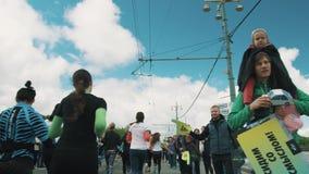 Atletas de observação dos povos que correm a maratona, cheering vídeos de arquivo