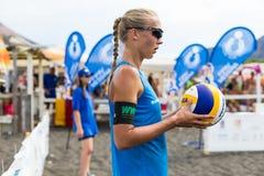 Atletas de sexo femenino en la acción durante un torneo en voleibol de playa Foto de archivo libre de regalías