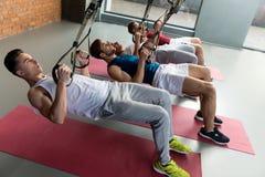 Atletas de sexo masculino alegres que entrenan en gimnasio Fotografía de archivo libre de regalías