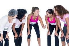 Atletas de sorriso que gesticulam e dobra Imagem de Stock Royalty Free