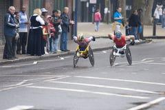 Atletas del sillón de ruedas de la élite en el maratón 2010 de Londres Imágenes de archivo libres de regalías
