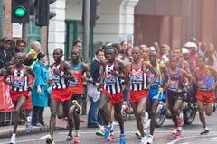 Atletas dos homens da elite na maratona 2010 do Virgin de Londres Foto de Stock