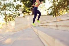 Atletas dos pés que correm abaixo das escadas no parque Imagem de Stock