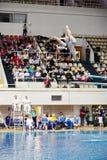Atletas durante competencias en el salto syncronized del trampolín Fotos de archivo