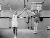 Atletas em anéis no gym (todas as pessoas descritas não são umas vivas mais longo e nenhuma propriedade existe Garantias do forne Imagens de Stock Royalty Free
