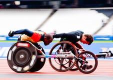 Atletas en competir con de los sillones de ruedas Fotografía de archivo libre de regalías