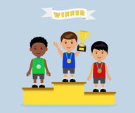 Atletas en el podio de los ganadores con las medallas en la taza Imagenes de archivo