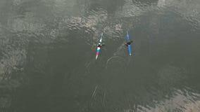 Atletas en las canoas azules en el río Forma de vida sana Deporte activo r metrajes