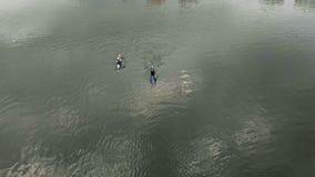 Atletas en las canoas azules en el r?o Forma de vida sana Deporte activo r almacen de video