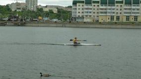 Atletas en las canoas azules en el r?o Forma de vida sana Deporte activo metrajes