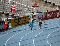 Atletas en los 4 x 100 contadores de la raza de relais Foto de archivo libre de regalías