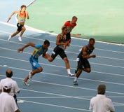 Atletas en los 4 x 100 contadores de la raza de relais Imagen de archivo libre de regalías