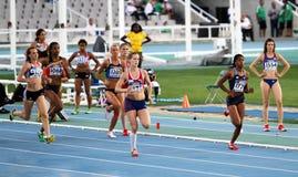 Atletas en los 800 contadores del acontecimiento de Heptathlon Foto de archivo