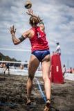 Atletas fêmeas na ação durante um competiam no voleibol de praia Imagem de Stock Royalty Free