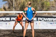 Atletas fêmeas na ação durante um competiam no voleibol de praia Foto de Stock Royalty Free