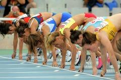 Atletas listos en el comienzo de el 100m Fotos de archivo libres de regalías