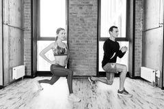 Atletas motivados que esticam antes de começar um exercício imagens de stock royalty free
